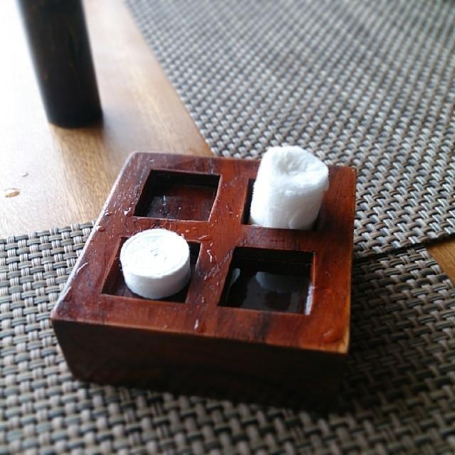 水に浸けて膨張させてから使用するペーパーオシボリ。お洒落〜。♪~(´ε` ) - バリ島インスタグラム