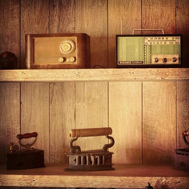 インドネシアのアンティークラジオとアイロン - バリ島インスタグラム