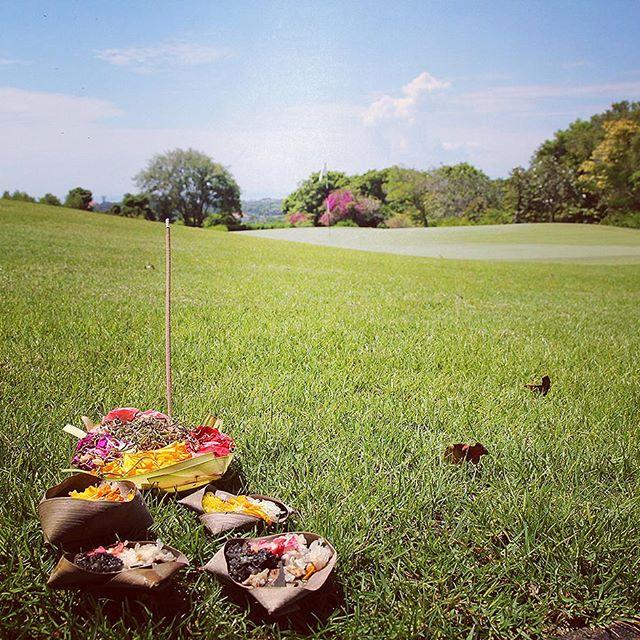 コース場にもお供え物が…バリ島ならではの風景です#balinational #baligolf #balinationalgolf#golf#南国ゴルフ #海外ゴルフ #バリ島ゴルフ #バリ島#ゴルフ女子 - バリ島 ゴルフ