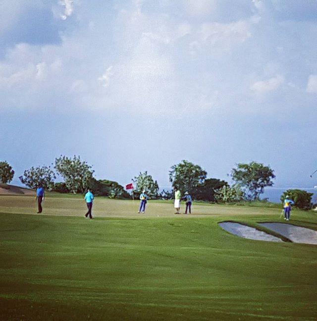 バリ島では、プレイヤー1人につき1人のキャディーが付きます。なのでグリーン上はちょっと混雑(笑)#バリ島#バリ島ゴルフ #ニュークタゴルフ#ゴルフ旅行#海外ゴルフ #南国ゴルフ #リゾートゴルフ #bali#baligolf #newkutagolfpecatu #golfstagram #golf#golfindonesia - バリ島 ゴルフ