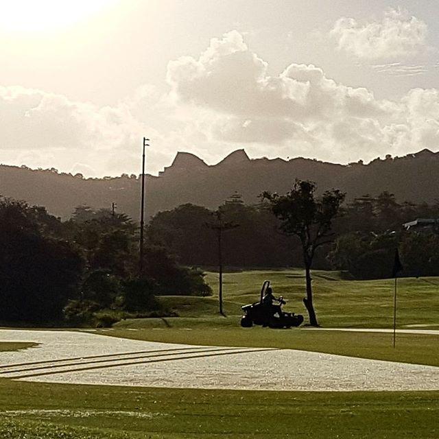 朝早くからメンテナンス頑張ってますね。感謝!! #ゴルフ#バリ島ゴルフ #ゴルフ旅行#ゴルフスタグラム #海外ゴルフ場#baligolf #indonesiagolf #ゴルフ好き#golf#newkutagolf #golfstagram #golfresort golf#golfindonesia#golfbali - バリ島 ゴルフ